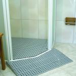Solution avec rampe d'accès à la douche et bac de douche comblé