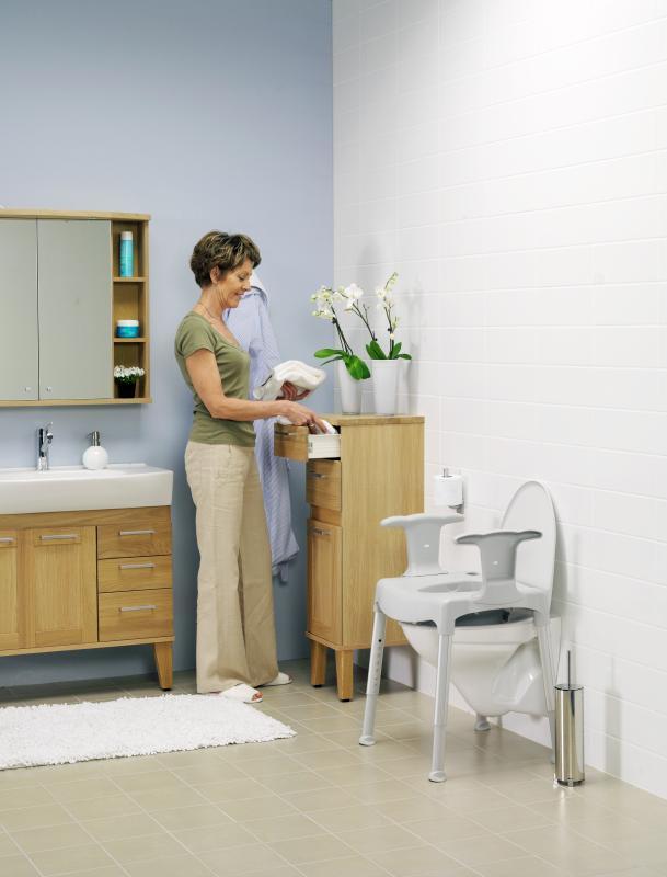 La chaise garde robe transformée en surélevateur de toilettes